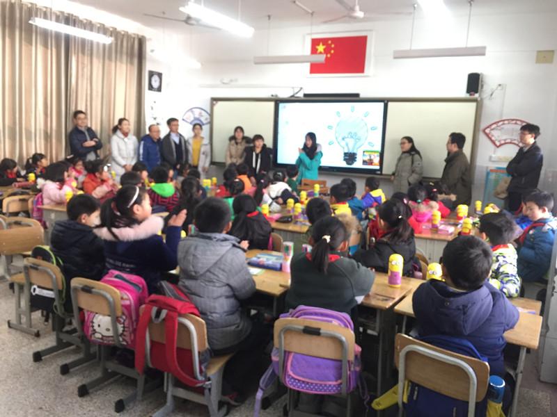 2017年12月22日下午,由江苏绿色之友、福特汽车工程研究(南京)有限公司、河海大学水利水电院团委青年志愿者协会共同举办的噪声污染的防护及认知活动走进南京市翠屏山小学。 本次活动共分为三个环节,30分钟噪声知识的宣讲与现场互动、20分钟同学们画出生活中噪声污染的图画,10分钟的交流总结。 活动开始,学生被分为五个活动小组,我们志愿者伙伴们2人一组被分到同学们的中间,引导学生完成课堂问答及现场画做。环节中,我们设置了为每组回答正确的伙伴贴上小红花等等奖励,培养同学们的集体意识和团队荣誉感,自信心。活动的